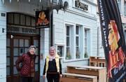 Vor dem «Leue»: Verena Piatti, Präsidentin der Genossenschaft «Wohnen plus», mit Annagret Wirth, Mitglied des Genossenschaftsvorstands und Wirtin für den Leue-Trägerverein «malz&malt». (Bild: Thomas Brack)