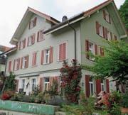 Hoch und aussichtsreich über Berneck befindet sich das 1917 eröffnete Oberegger Aussenschulhaus Sulzbach. (Bild: PE)