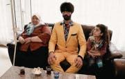 Bei seiner Recherche zur Frage, was Ausländer am Fernsehen schauen, besucht Müslüm unter anderem eine türkische Familie. (Bild: srf)