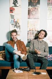 Die Rapper Lorenz Häberli (links) und Luc Oggier überraschen ihre Fans mit einem Gratisalbum. (Bild: Mareycke Frehner)