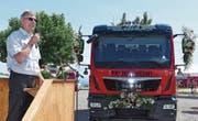 Markus Bigger erklärte den Festbesuchern die technische Ausstattung des Tanklöschfahrzeugs. (Bild: Ulrike Huber)