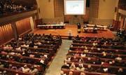 Bis auf den letzten Platz besetzt war die evangelische Kirche an der ausserordentlichen Gemeindeversammlung vom Montag. (Bild: Markus Schoch)