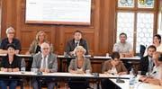 Das Büro des Einwohnerrates besteht aus (hintere Reihe): Thomas Forster (SP, 1. Stimmenzähler), Barbara Zeller (FDP, Einwohnerratspräsidentin), Glen Aggeler (CVP, Vizepräsident), Roman Zellweger (SVP, 2. Stimmenzähler) und Karin Jung (FDP, 3. Stimmenzählerin). (Bild: Jesko Calderara)