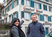 Die neue Pächterin Helga Walser und Christof Lippuner von der Besitzerin, der Lippuner Immobilien AG, freuen sich, dass das «Rössli» zu neuem Leben erwacht. (Bild: Urs Bärlocher)