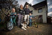 Familie Keller-Bodmer vor ihrem Zuhause: Die Eltern Patrick und Marlen mit ihren Söhnen Jason und Levin und Hund Amiro. (Bild: Reto Martin)