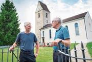 Ueli Häberlin, Vizepräsident der Kirchenvorsteherschaft, und der langjährige Pfarrer Heinz Külling vor der Kirche Lustdorf. (Bild: Andrea Stalder)