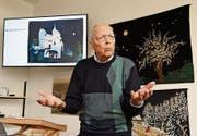 Armin Fehr erzählt von den Werken seiner Mutter Lina Fehr-Spühler, einer naiven Künstlerin. (Bild: Yvonne Aldrovandi-Schläpfer)