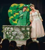 Falk Döhler als Frosch und Lena Wälly als Prinzessin bei der Premiere des Wintertheaters Amriswil. (Bild: Andrea Stalder)