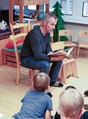 Jakob Näf erzählt, und alle Kinder hören gebannt zu. (Bild: Arcangelo Balsamo)