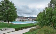 Der Herbst mit dunklen Wolken und auffrischenden Winden ist da, das Aadorfer Schwimmbad schliesst heute. (Bild: Kurt Lichtensteiger)