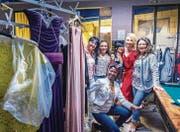Die Kandidatinnen der Miss-Mamma-Wahl freuen sich in der Garderobe auf ihren Auftritt. (Bild: Andrea Stalder)