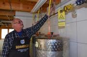 Ueli Senn kontrolliert ein Ventil der Abluftleitung, welche das CO2 aus den Gärtanks ins Freie leitet. (Bild: Hanspeter Thurnherr)