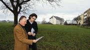 Auf diese Wiese soll das neue Lehrlingshaus zu stehen kommen. Alois Schütz (l.) und Michael Haller vom Brüggli studieren die mögliche Zufahrt. (Bild: Christa Kamm-Sager)