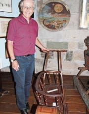 Claudius Graf mit einem Schlitten im Museum. (Bild: Hedy Züger)