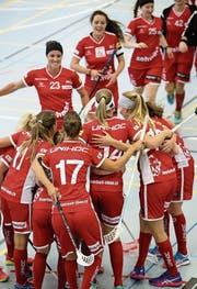 Erleichterung: Die Frauenfelderinnen bejubeln den Sieg. (Bild: Mario Gaccioli (Frauenfeld, 16. September 2017))