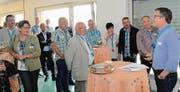 OK-Mitglied Thomas Rutishauser (rechts) informiert die Gewerbler über die Jubiläumsfestivitäten. (Bild: Christoph Heer)