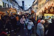 Zwischen den Ständen des Weihnachtsmarkts in der Freie Strasse drängt sich das Volk. (Bild: Donato Caspari)