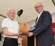 Hans-Ulrich Wepfer erhält von Stadtammann Andreas Netzle den «Prix Kreuzlingen» in Form der Skulptur «Durchblick». (Bild: Nana do Carmo)