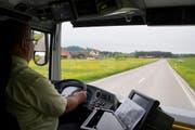 Blick aus dem fahrenden ersten gelben Doppelstöcker-Bus aus Grossbritannien. (Bild: GIAN EHRENZELLER (KEYSTONE))