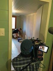 Mitinhaber Hans Tinner von der Firma Optimal AG bei der Arbeit, scharf beobachtet von den Fernsehkameras. (Bild: PD)