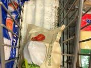 Das Mozzarella-Regal in der Migros Arbon ist von Schimmel übersäht. (Bild: Facebook/Luca Kibar)