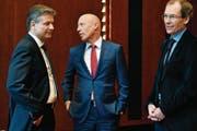 Suchen nach Erklärungen: Raiffeisen-Chef Patrik Gisel, flankiert vom gewesenen Verwaltungsratpräsidenten Johannes Rüegg-Stürm (rechts) und dessen Interimsersatz Pascal Gantenbein. (Bild: WALTER BIERI (KEYSTONE))
