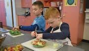In der Schulküche Prapafier Trübbach wurden nebst Pizza auch Salat und Dessert zubereitet. (Bilder: Carmina Wälti)