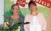 Anita Moser (Organisatorin der Altpapiersammlung) und Vorstandsmitglied Corinne Schocher wurden verabschiedet. (Bild: PD)