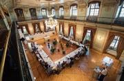 Ein Blick von der Galerie in die Sitzung des Gemeinderates im Grossen Bürgersaal des Rathauses. (Bild: Reto Martin (23. August 2017))