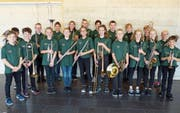 Die «JMK Kids» präsentieren stolz ihre neuen Uniformen. Sie haben die grünen Poloshirts selbst ausgewählt. (Bild: PD)