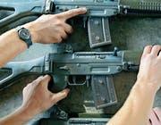 Das Sturmgewehr 90 dürfen Soldaten nach Beendigung des Dienstes weiterhin behalten. (Bild: Martin Rütschi/Keystone)