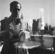 Ernst A. Heiniger, Selbstporträt – Beekman Tower, New York, 1950. (Bild: Fotostiftung Schweiz)