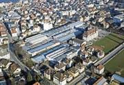 Die von Siedlungen eingeholte Alcan-Fabrik vor den Abbrüchen im Nordteil und dem Umbau im Südteil (unten). (Bild: Büro Bereuter (Rorschach, 2001))