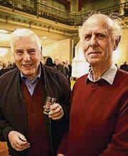 Rene Brunner hält ein Weinglas, daneben Walter Helbling. (Bild: ANDREAS TAVERNER CH-8555MUELLHEI)