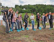 Am «Sonnenpark» Beteiligte und zukünftige Eigentümer starten symbolisch mit dem Bau. (Bild: Cecilia Hess-Lombriser)