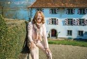 Die ehemalige «Tagesschau»-Moderatorin Marion Preuss sitzt auf der Mauer, die zum Eingang des barocken Schlossgartens gehört. (Bilder: Reto Martin)