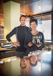 Stefan und Mary Peter stehen hinter der Bar. Sie bleiben noch bis Ende Jahr im «Parkkafi». (Bild: Andrea Stalder)