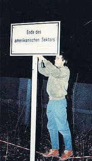 Uwe Genth schraubt nach dem Mauerfall Schilder ab. (Bilder: Uwe Genth)