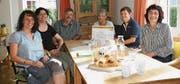 Das Team des Claro-Weltladens Gams bei seinem Besuch im Haus Smaragd, das mit einer Spende beschenkt wurde. (Bild: PD)