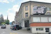 Der violette Campinganhänger macht auf das Kunstprojekt «Hotel Arthur» im ehemaligen Hotel Restaurant Post aufmerksam. (Bilder: Hansruedi Kugler)