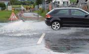 Auch die St. Gallerstrasse zwischen Buchs und Haag war zeitweise überflutet. Die Feuerwehr Grabs versucht, dem Wasser Herr zu werden. (Bild: Thomas Schwizer)