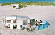 Nicht gerade die Insel der Seligen. Ferien mit dem Wohnwagen sind kompliziert und bünzlig, aber auch sehr schön. (Bild: Hechtenberg/Caro)