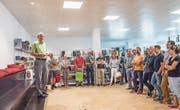 Sekundarschulpräsident Beat Gähwiler begrüsst Lehrerinnen und Lehrer, Schulleiter und Mitarbeitende in der Regionalbibliothek an der Freie-strasse in Weinfelden. (Bild: Thi My Lien Nguyen)