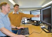 Die Gründer und Besitzer der Glarotech GmbH, Reto Glanzmann (l.) und José Fontanil, in ihrem Büro an der Toggenburgerstrasse in Wil. (Bild: Philipp Haag)