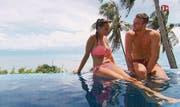 An der Poolparty unterhalten sich Bachelor Janosch und Kandidatin Daniela über die Liebe. (Bild: PD)