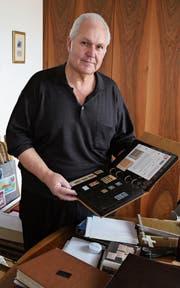 Der Rorschacher Markus Sulger zeigt ein Album mit Briefmarken aus seiner Sammlung. Seine seltenste Marke war an einer Auktion 3 (Bild: Martin Rechsteiner)
