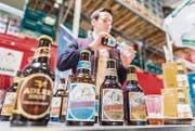 Mathias Oeschger von der Glarner Brauerei Adler schenkt eine Probierportion Vrenelisgärtli-Bier ein. (Bilder: Andrea Stalder)