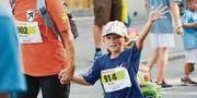 Keiner zu klein, ein Läufer zu sein: Die Jüngsten absolvieren den Stadtlauf an der Hand ihrer Eltern. (Bild: Donato Caspari)