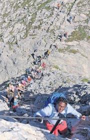 Den Blick zum Gipfel gerichtet: Im Gänsemarsch geht es auf der Felsentreppe dem Himmel entgegen. (Bilder: Michael Genova)