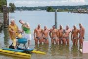 Sängerin Maria Altstätter und Lucas Fischer drehen ihr Musikvideo, die Wasserballer des Schwimmclubs Kreuzlingen sorgen für eine starke Kulisse. (Bild: Manuela Olgiati)
